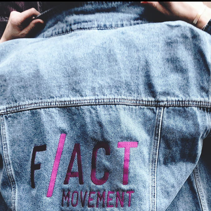 Jeansjacka med texten f-act movement